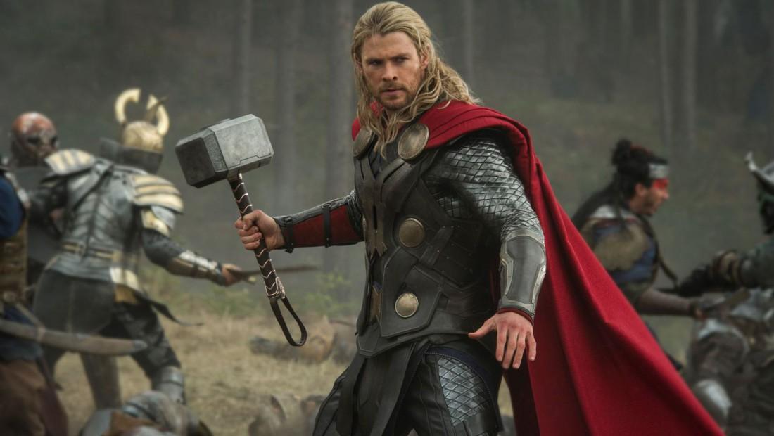 Крис Хемсворт в роли Тора. И легендарный молот