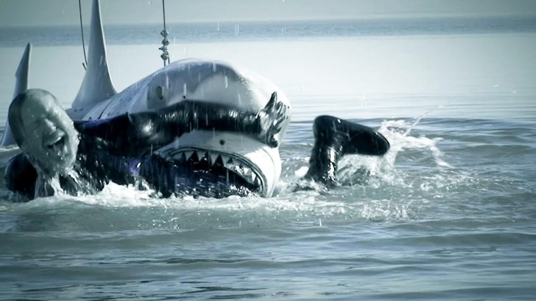Адам Сэвидж. Симулирует агонию, барахтаясь в зубах ненастоящей акулы