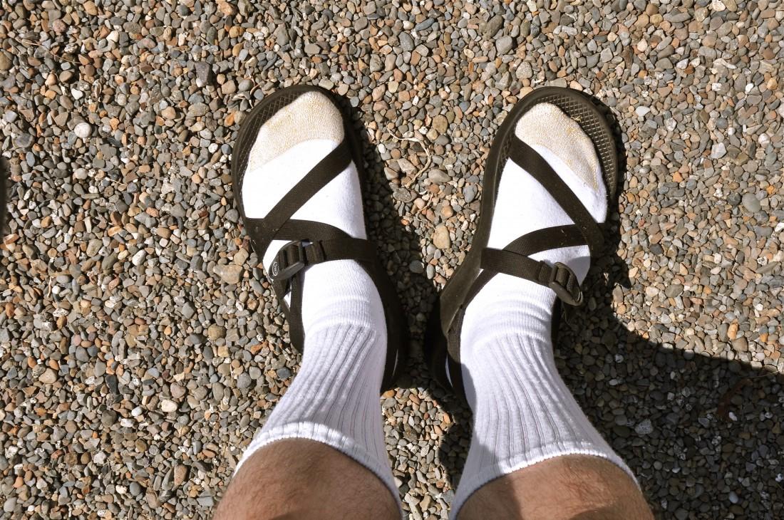 Сандалии с носками. Да еще и белыми. Фейл по всем пунктам