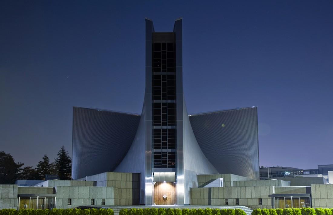 Католический собор Пресвятой Девы Марии. Отражает свет днем и ночью