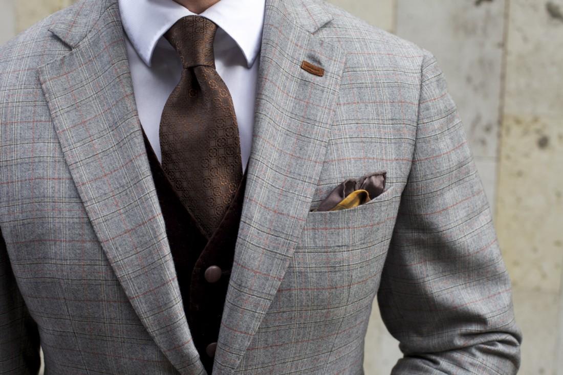 Сегодня петля на левом лацкане пиджака используется для закрепления в ней бутоньерки
