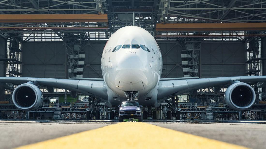 Широкофюзеляжный 2-палубный 4-двигательный реактивный Airbus A380 и Porsche