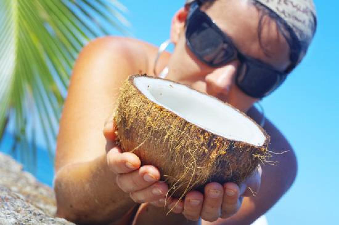 Учись чистить кокос — из его сока можно делать вкусные коктейли