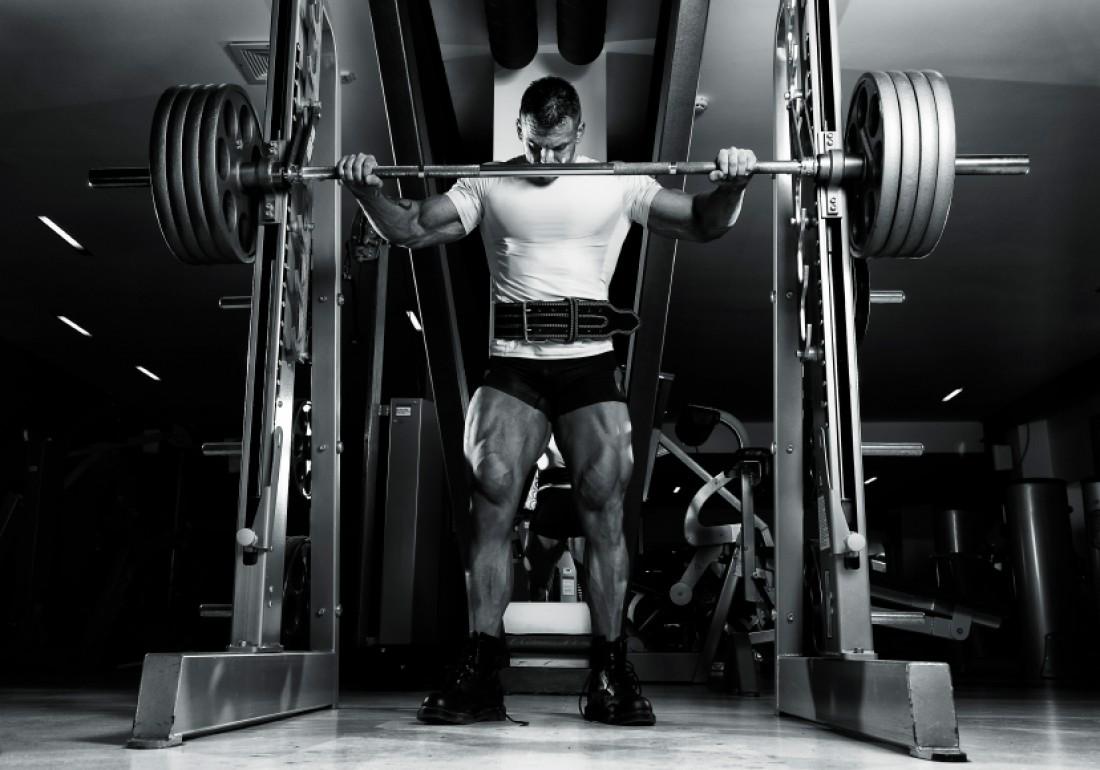 У сильного мужчины должны быть сильные ноги. Приседай