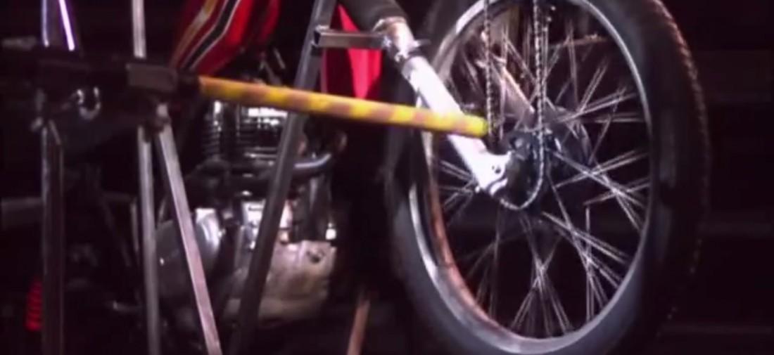 Один из байков, в колесо которого