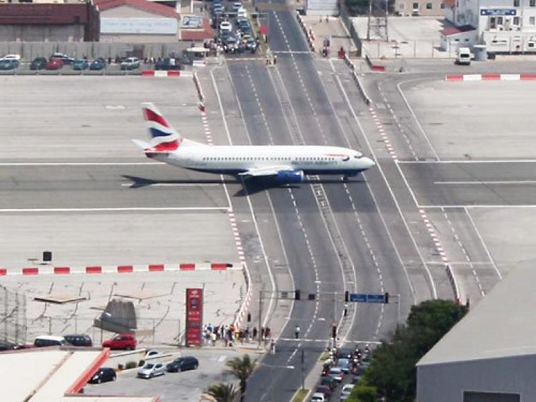 ВПП аэропорта Гибралтара пересекает обычную автостраду
