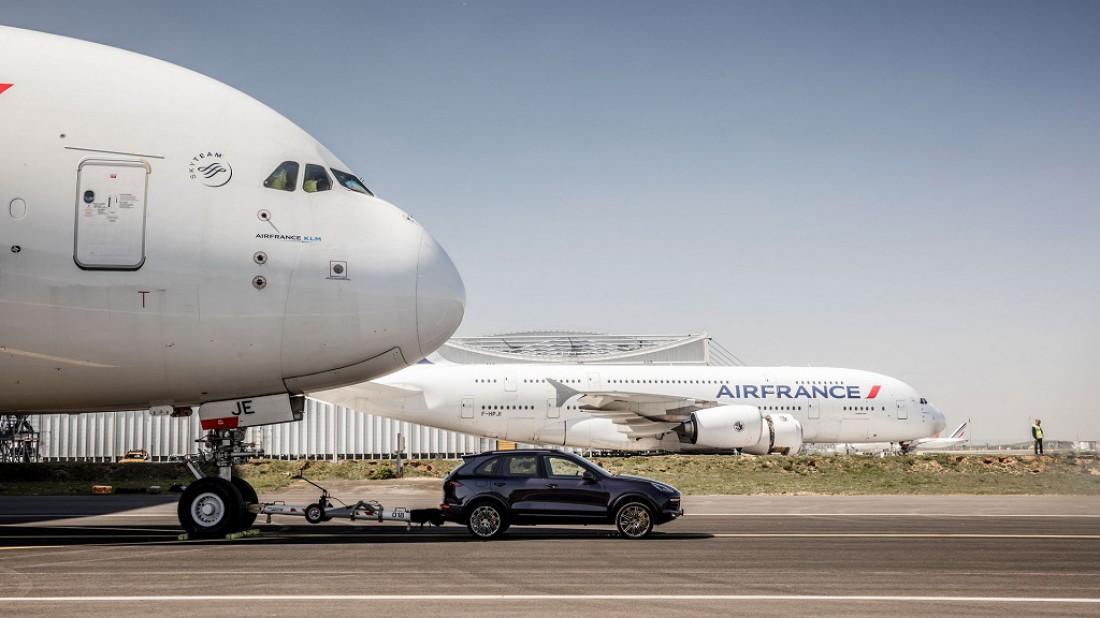 Легендарный Airbus A380 на крючке у Porsche Cayenne S