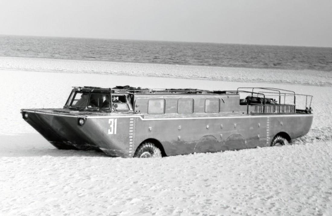 """ЗИЛ-135П """"Дельфин"""" (1965). Невооруженный БМП, способный плавать"""