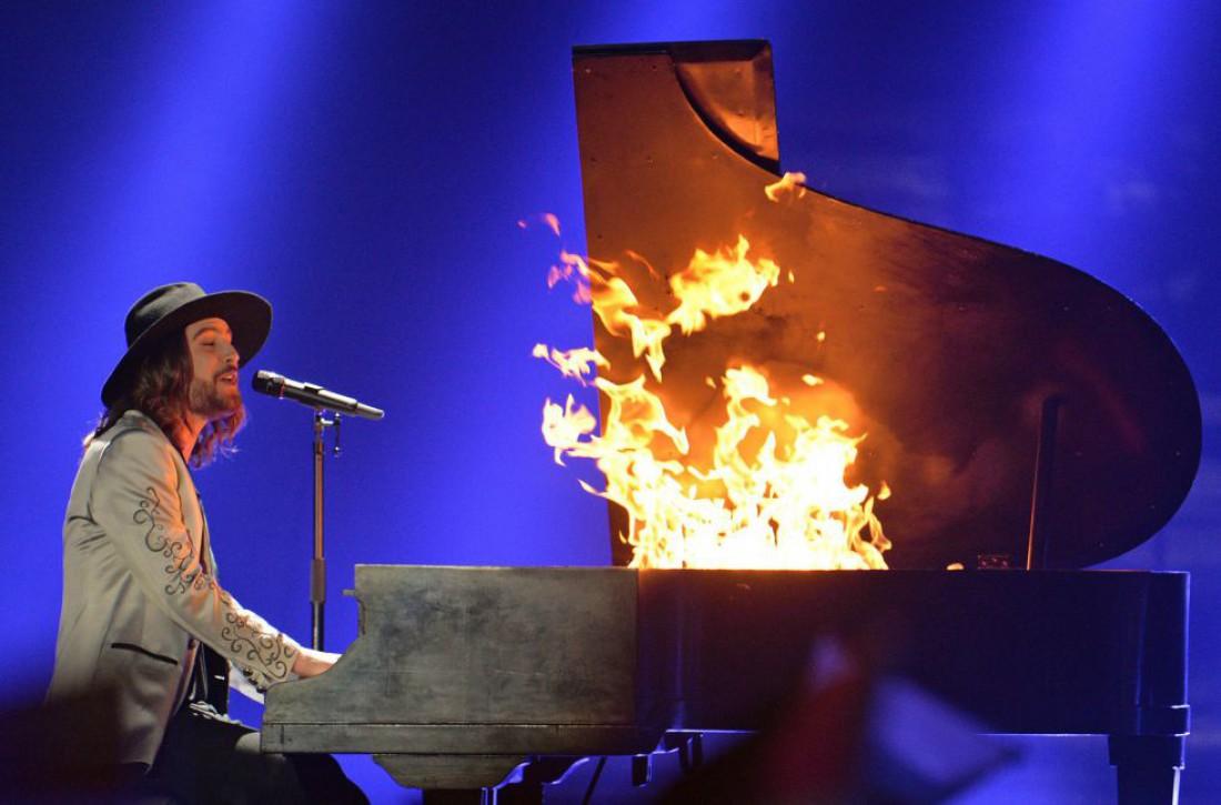 Эпичная игра на горящем рояле