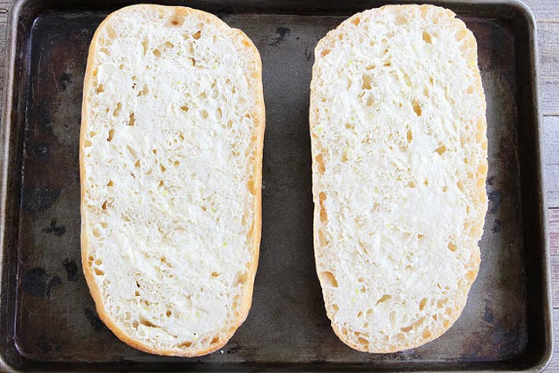Нарезанный крупными ломтиками хлеб смазывай смесью масла с чесноком