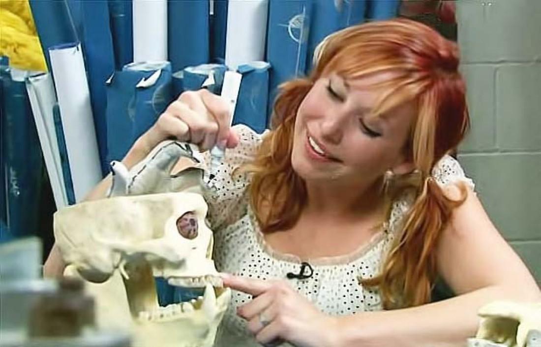 Кэри Байрон. Проверяет целостность зубов черепа после мордобоя