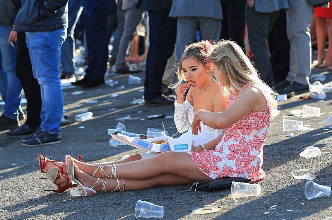 День Леди — это не только безбожно пить, но и есть, сидя на асфальте