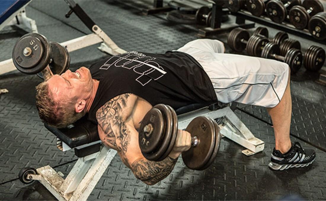 Сведение гантелей задействует большее количество мышц груди