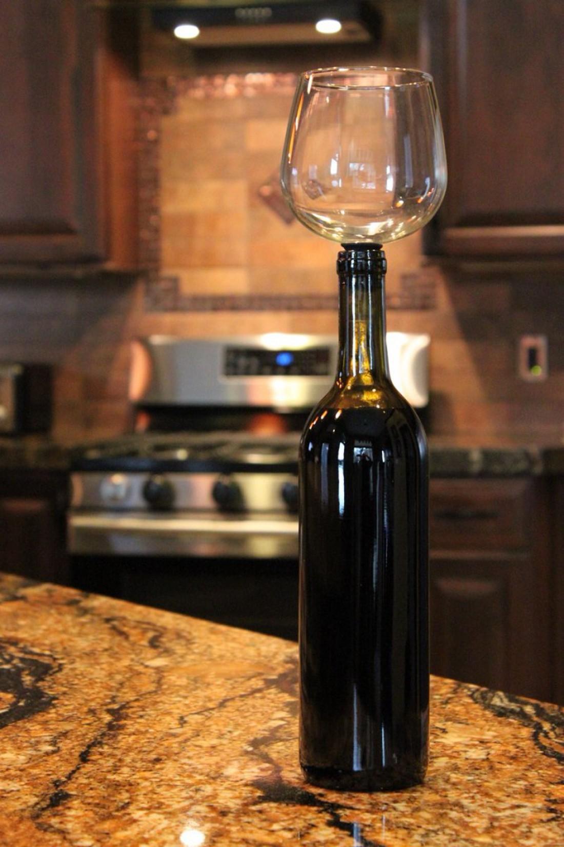 Как пить вино из бутылки — вкрути в горло правильный бокал