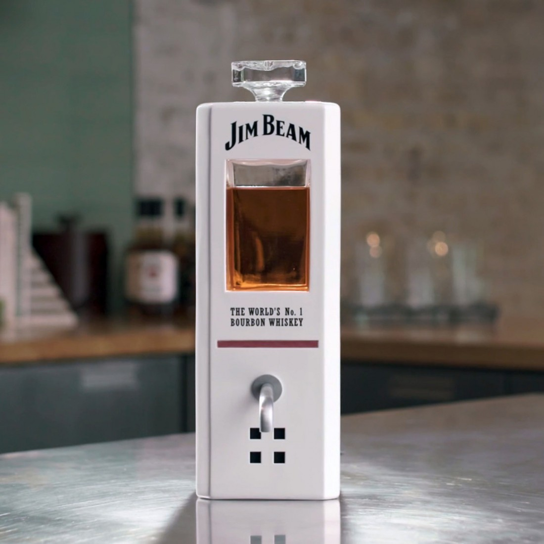 C JIM'ом можно пить и болтать. Правда, наливает только по 50 мл
