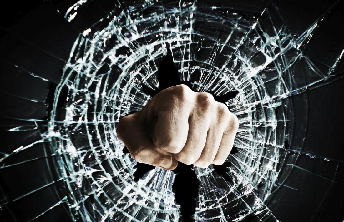Кто кулаками разбивал стекло, тот знает, что такое рваные раны