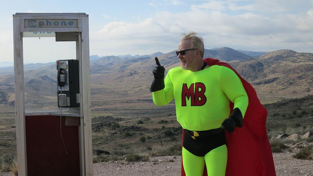Адам Сэвидж, переодетый в супергероя