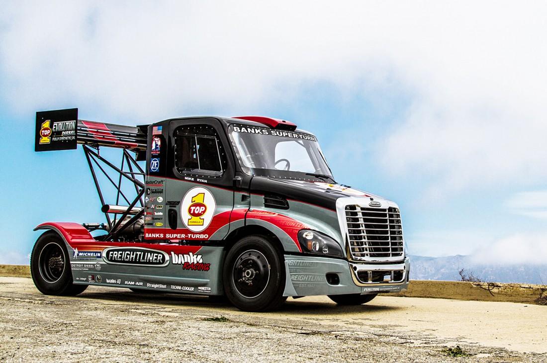 5-тонный 2400-сильный Freightliner Cascadia