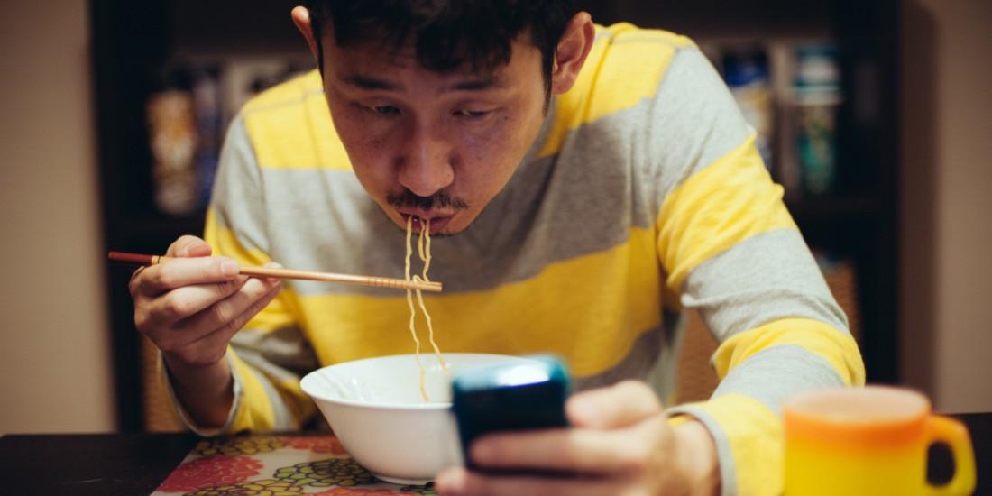 Избегай пользования смартфоном во время еды - растолстеешь