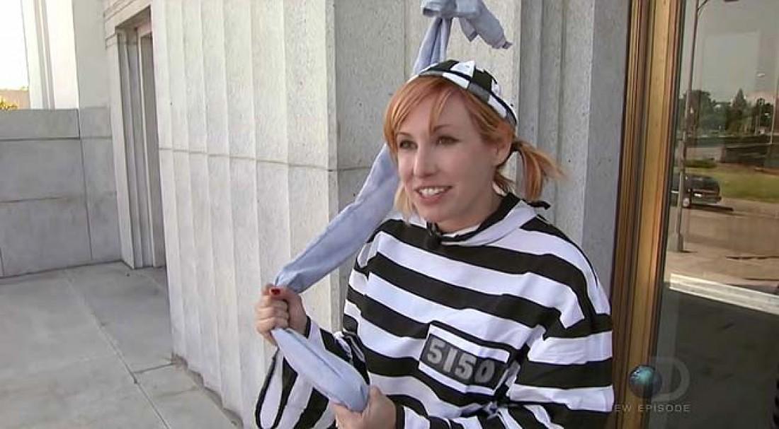 Кэри Байрон в униформе заключенного с веревкой из простыней