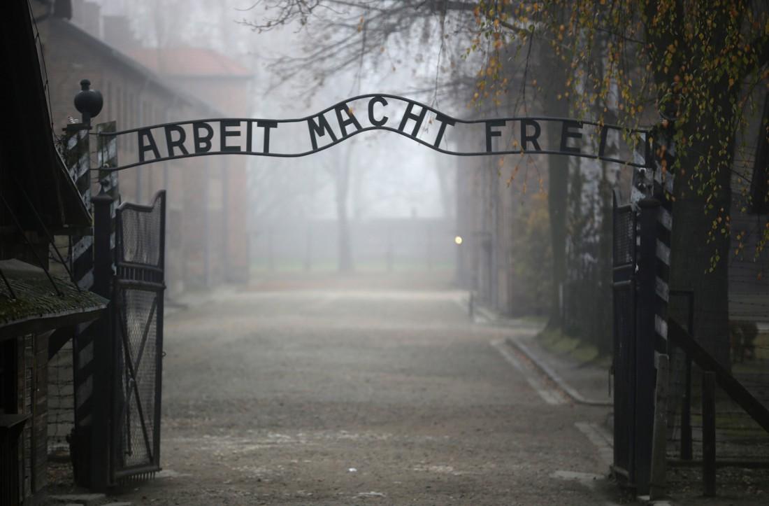 Центральные ворота концлагеря Аушвиц (Освенцим). Один из