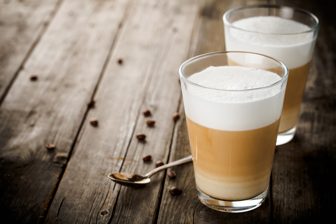 Латте без кофемашины — так же просто, как рассыпать зерна кофе по столу