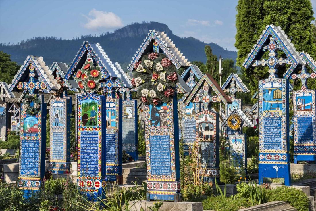 Веселое кладбище, Сепынца, Румыния. Усеяно синими дубовыми крестами