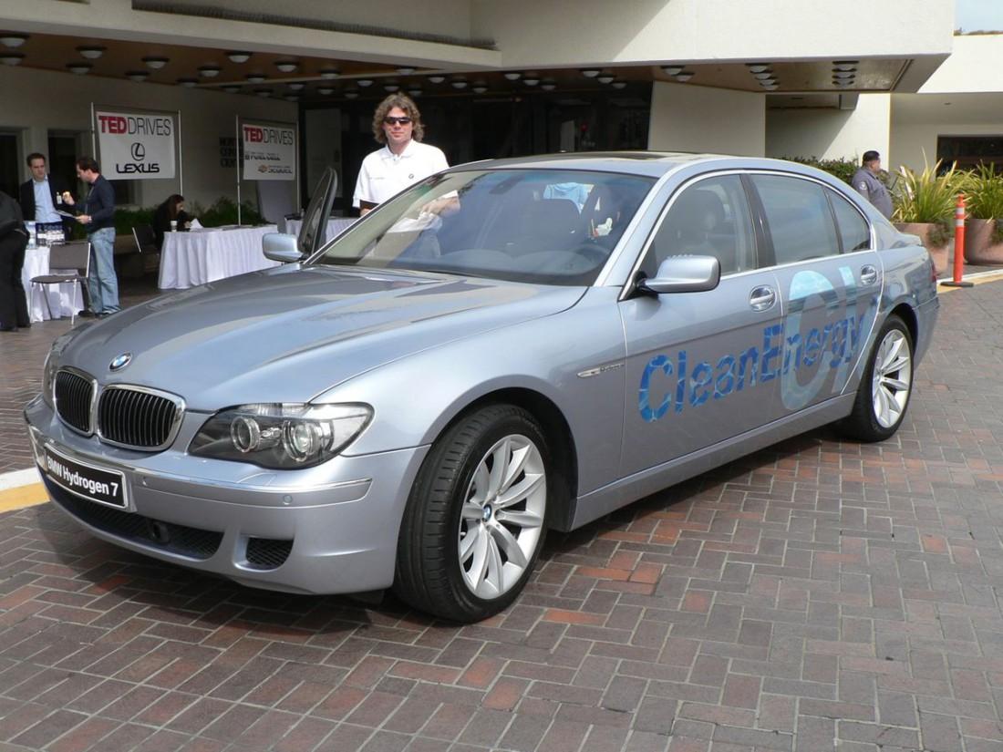 BMW Hydrogen 7 — автомобиль, работающий на водороде и бензине