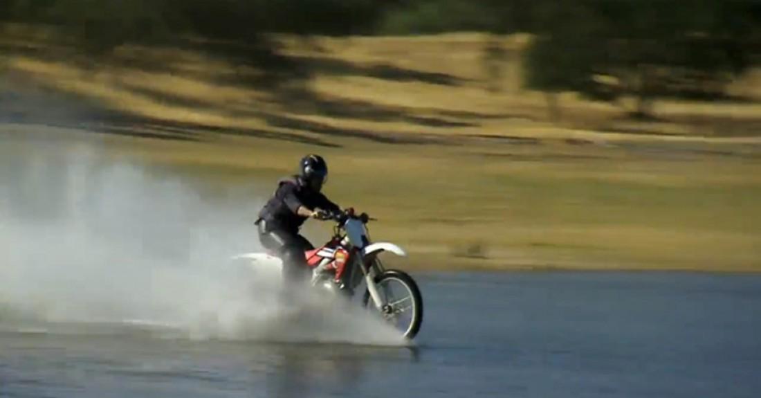 Джейми Хайнеман катит на мотоцикле по воде