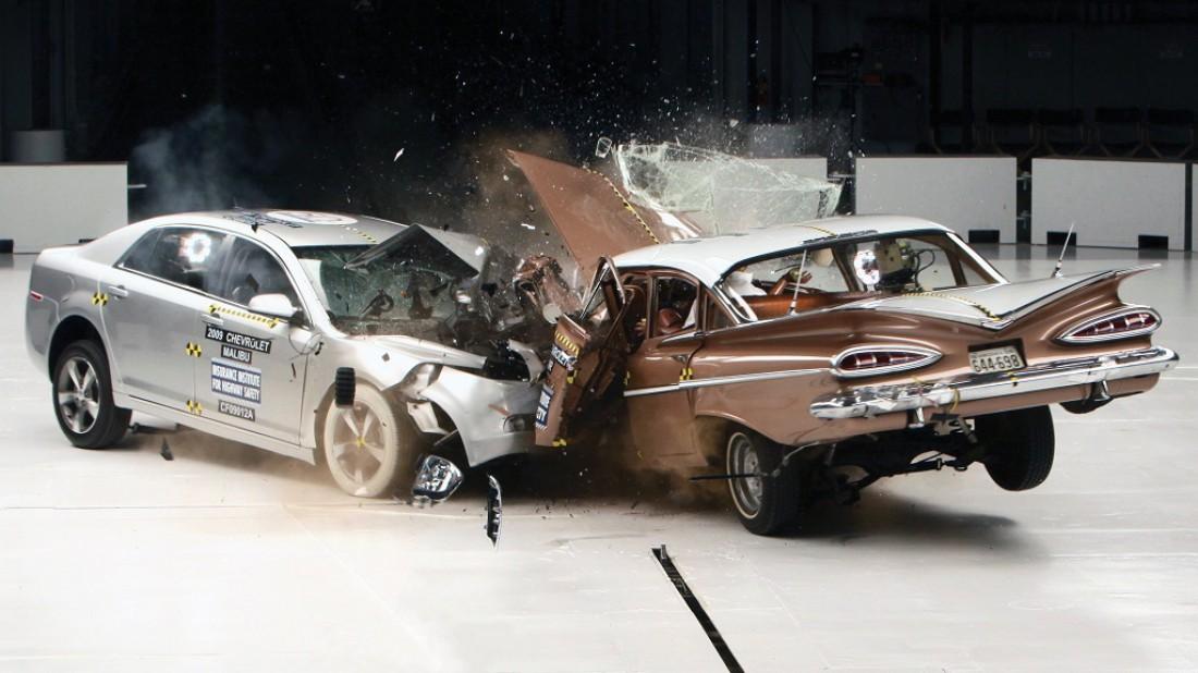 Chevrolet Malibu 2009 года (слева) VS Chevrolet Bel Air 1959 года (справа)