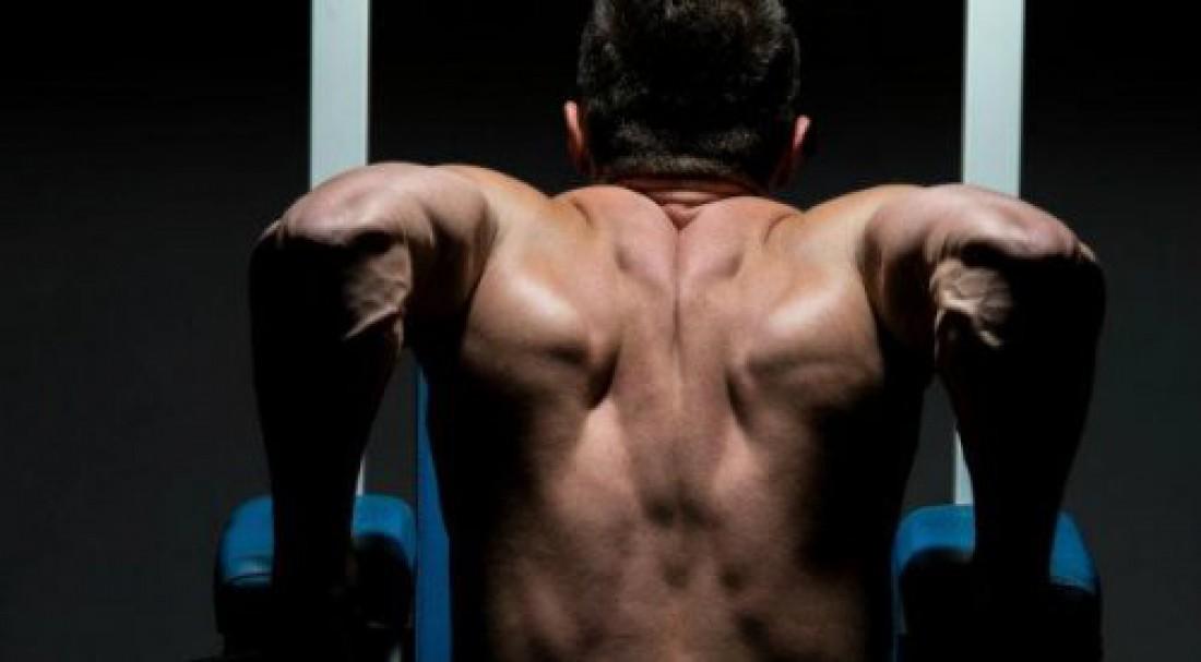 Опускайся, пока не почувствуешь растяжения передней части плеч
