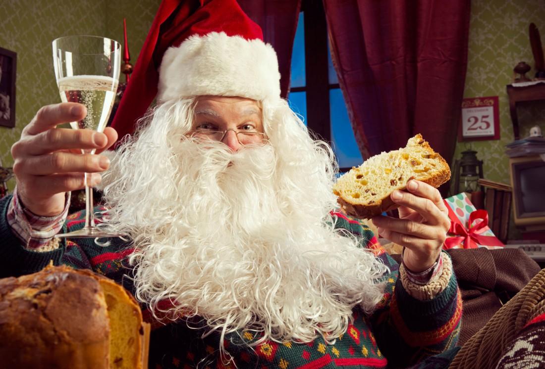 Санта, еда и шампанское — главные атрибуты Нового года