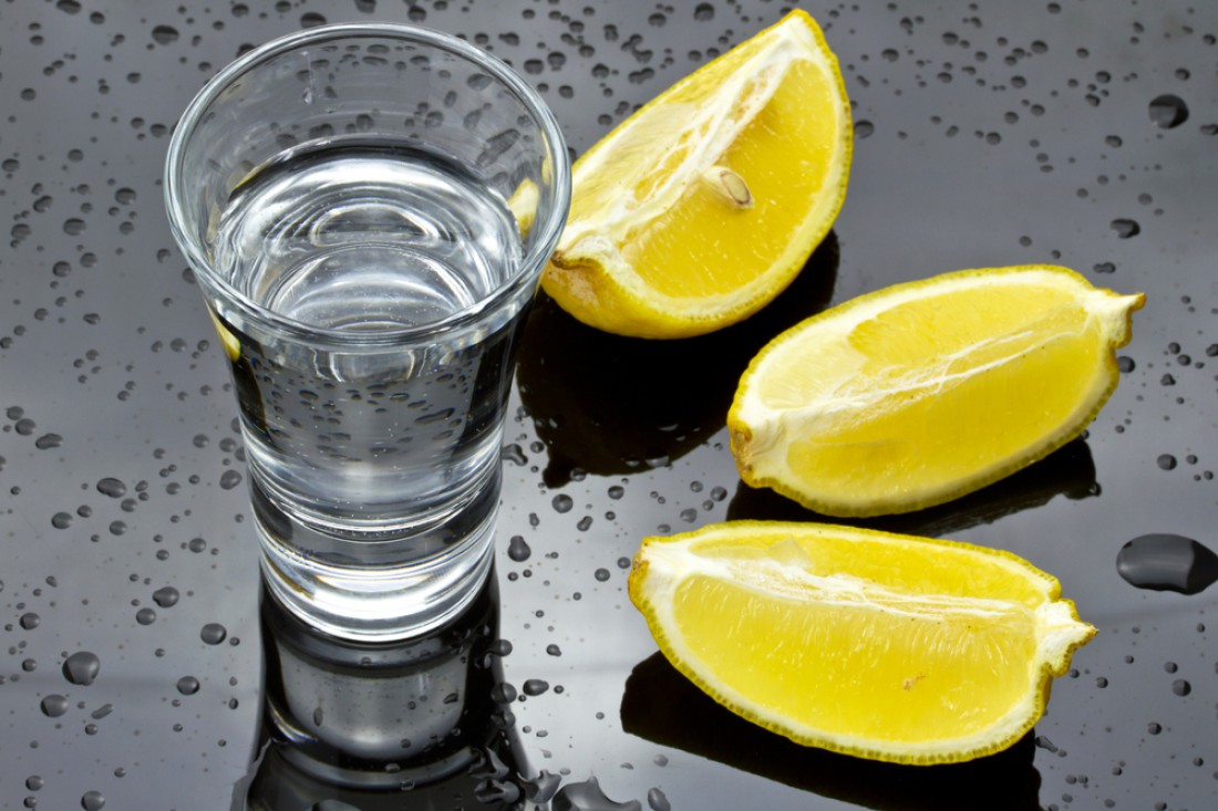 Пятьдесят граммов холодной водки с лимончиком — спонсор хорошего настроения на вечер