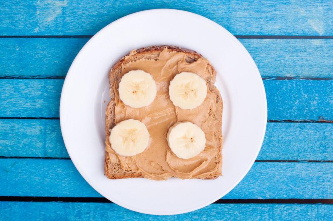 Арахисовая паста + цельнозерновой хлеб + банан = прощай голод