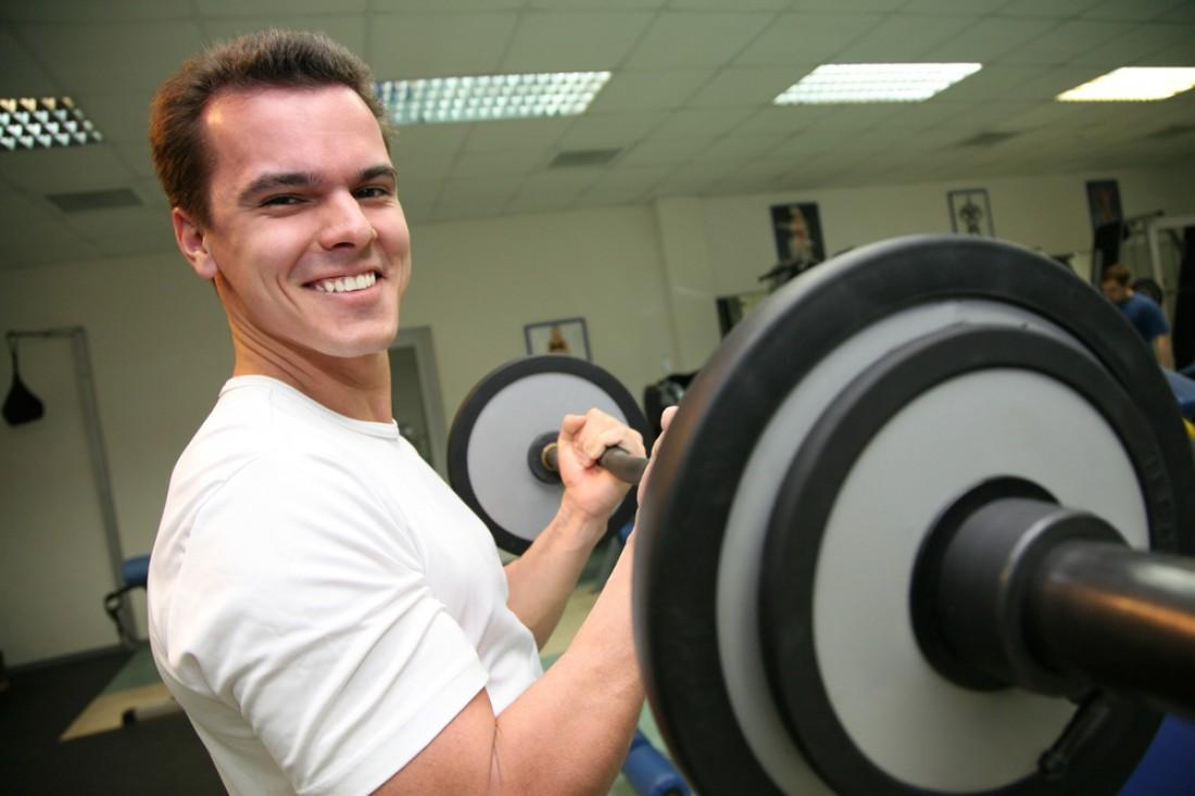 При выполнении упражнений на бицепс следи за тем, чтобы тело не раскачивалось со стороны в сторону