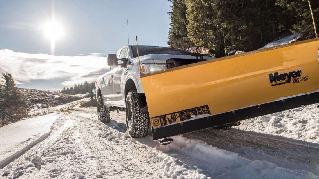 Прокачанный Nissan Titan XD в роли снегоочистителя