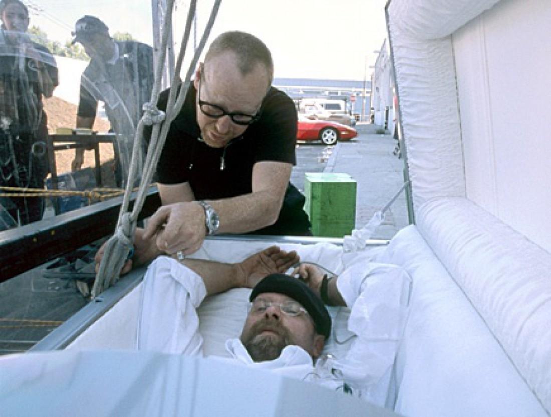 Адам просит Джейми подвинуть ноги — чтобы ему было комфортно в гробу