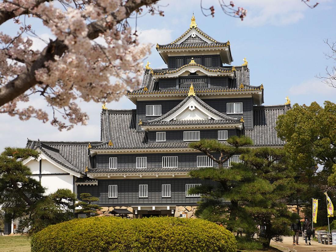 Императорский дворец, в котором живет император Японии