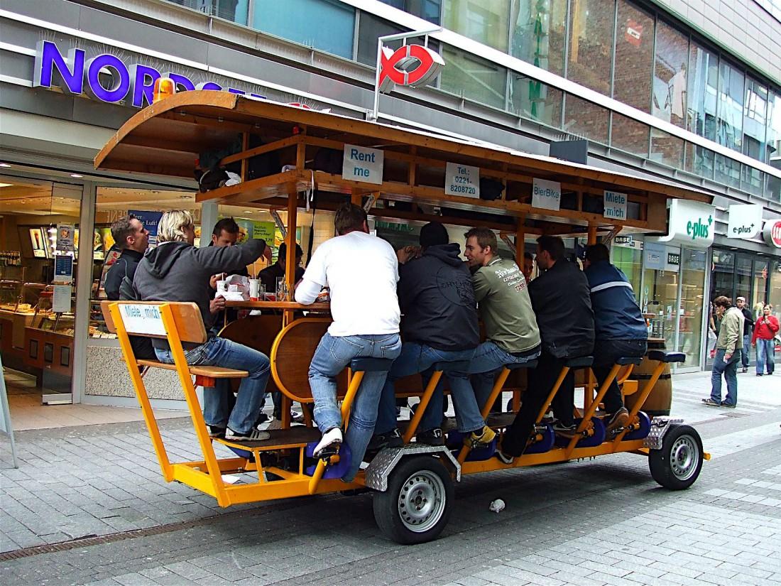 Любители пива в Амстердаме катаются на таких велосипедах