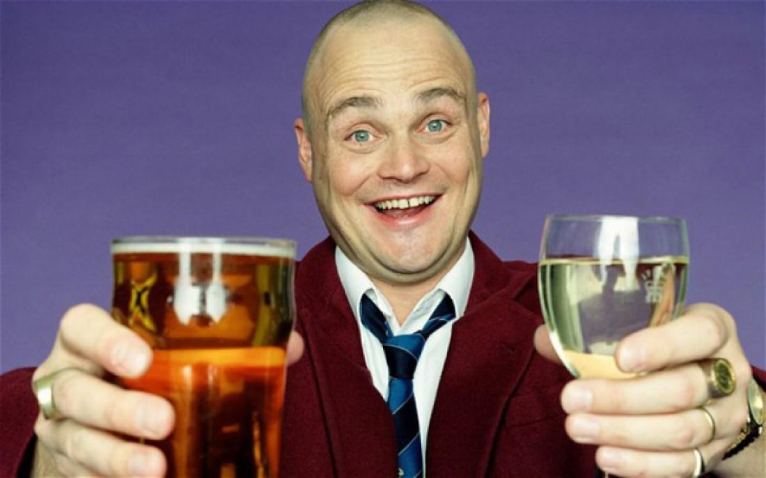 Британский комедиант Аль Мюррей. Пьет пиво да вино, и тебе советует