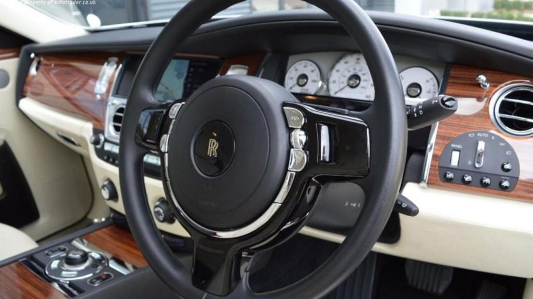 Руль и панель приборов золотого Rolls-Royce Ghost