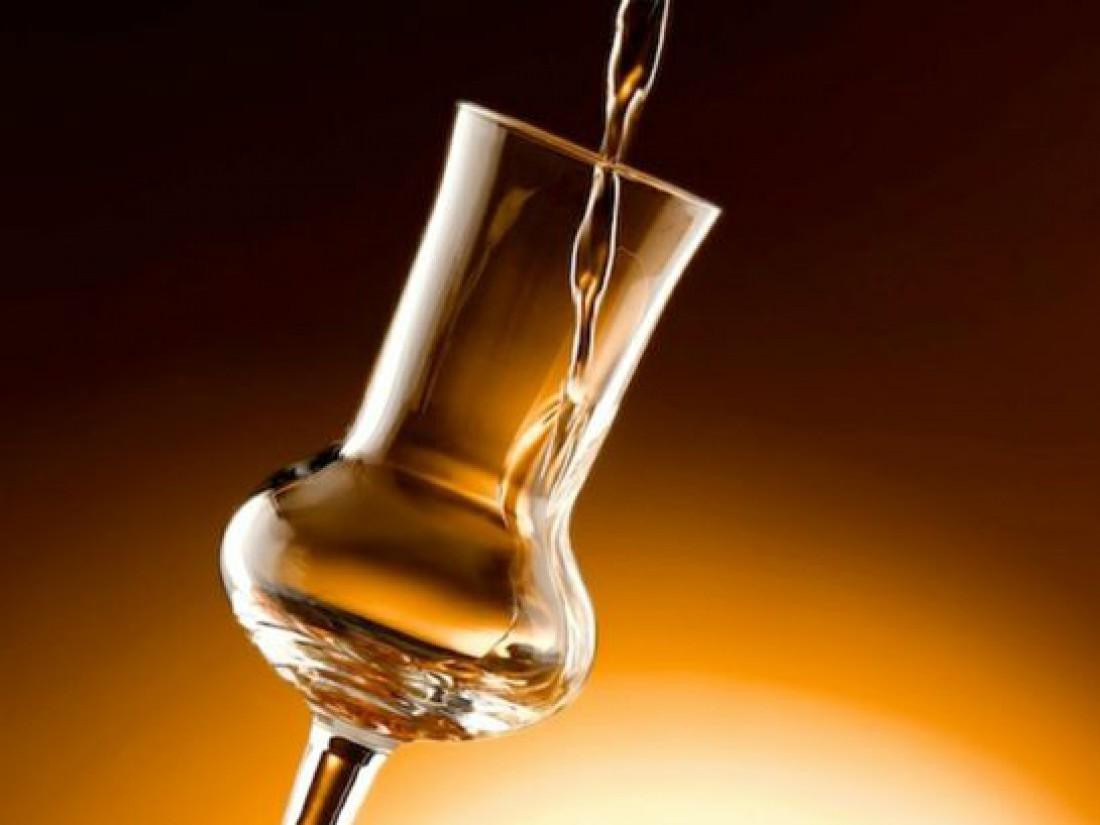 Граппу пьют из пузатых бокалов или рюмок