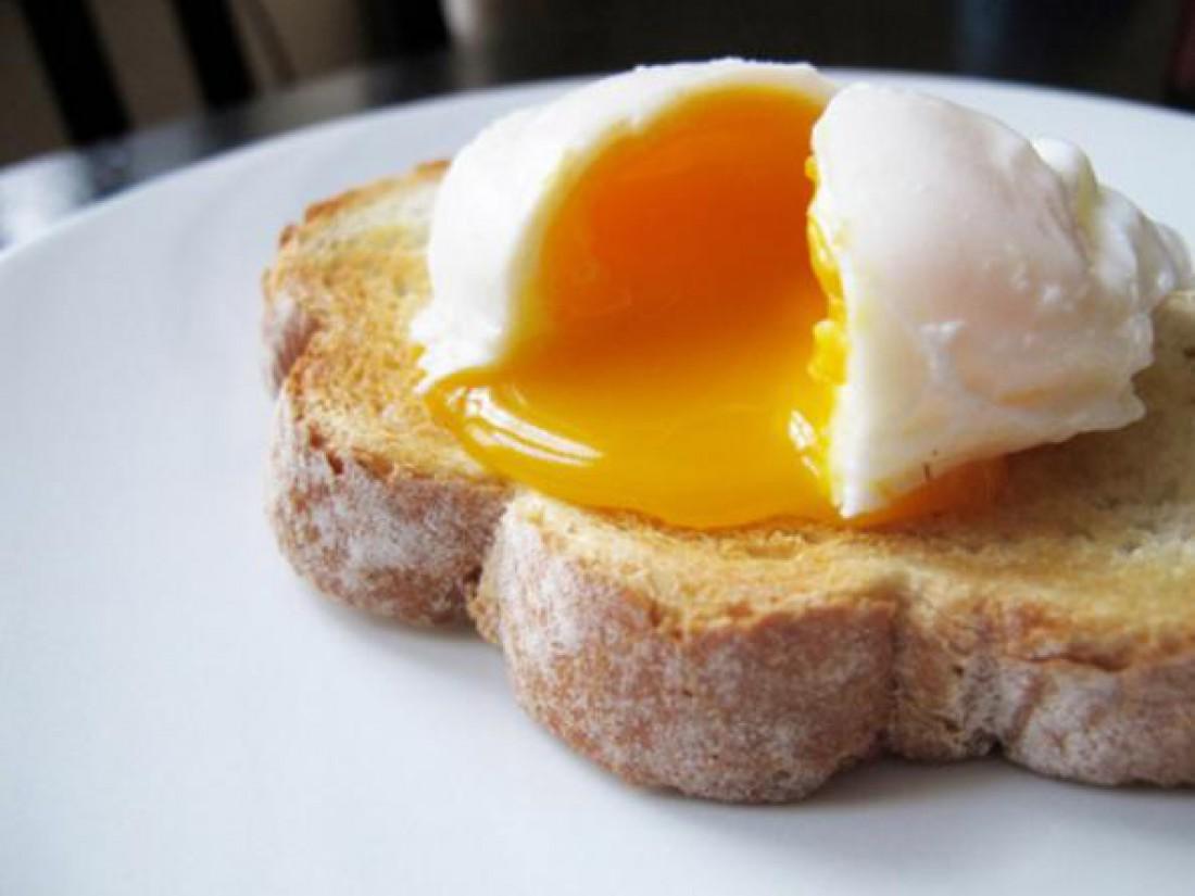 Трескай яйца с цельнозерновым хлебом
