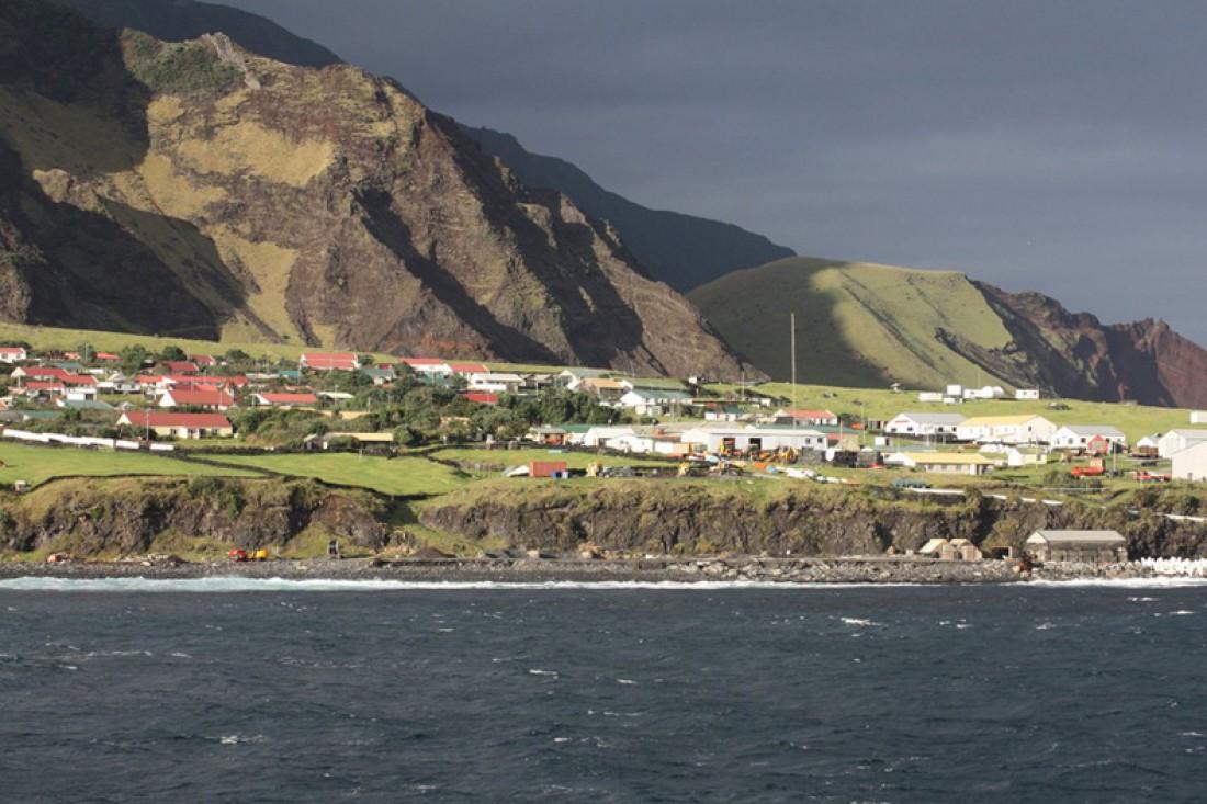 Тристан-да-Кунья. Все жители являются потомками переселившихся на остров с 1816 по 1908 год 8 мужчин и 7 женщин