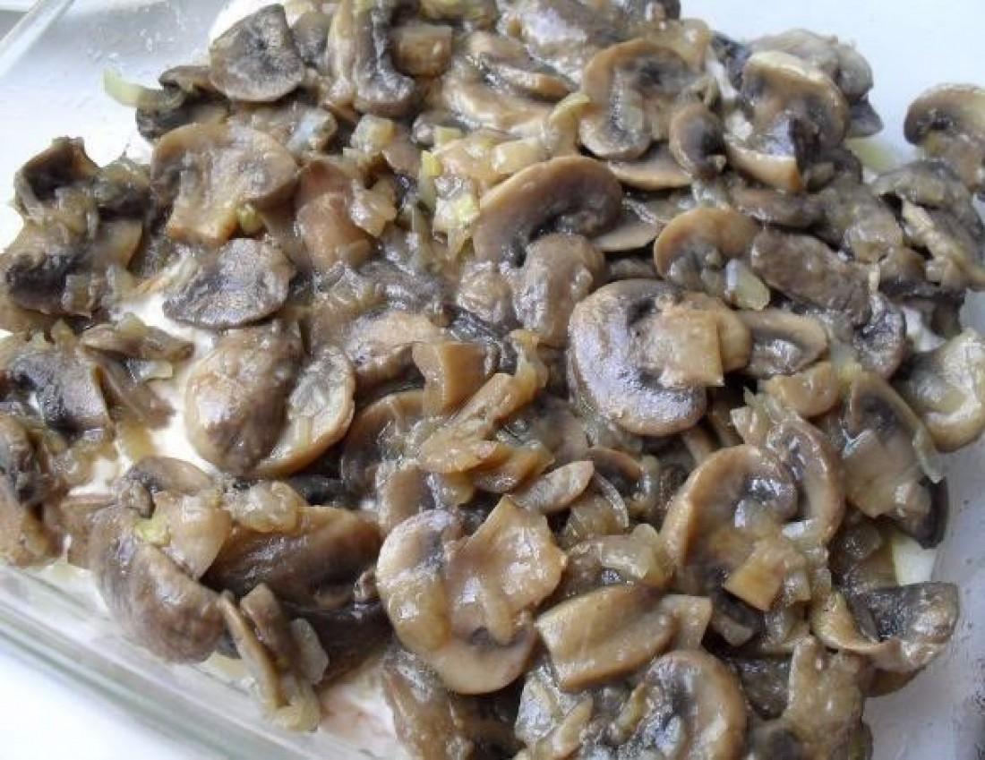 Вымой, нарежь и обжарь грибы