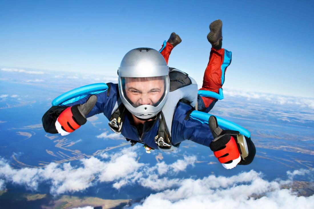 Выбрось товарища с парашютом из самолета — и он будет счастлив