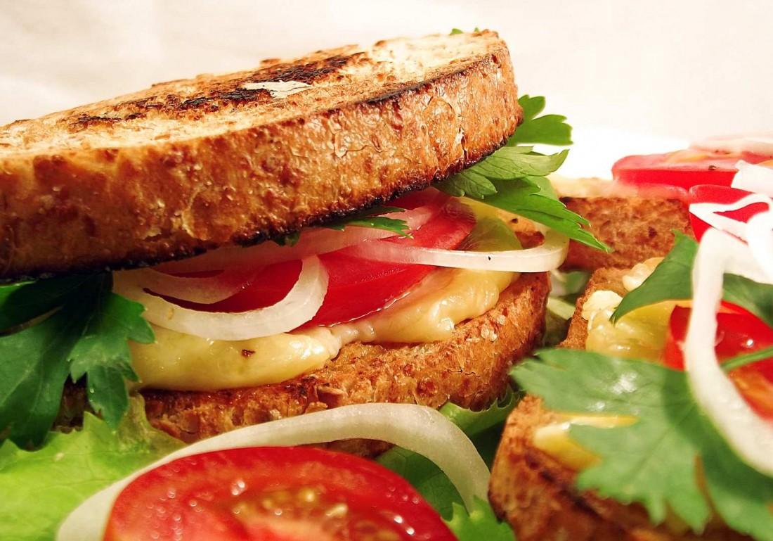 Жареный бутерброд с сыром и помидорами. Это вкусно