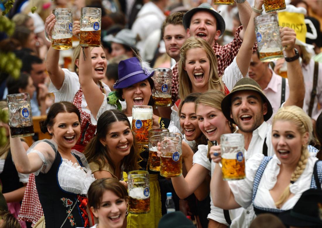 Вкусное пиво и барышни. Что еще нужно для счастья?