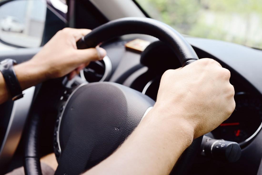Правильно держать руки на руле хватом
