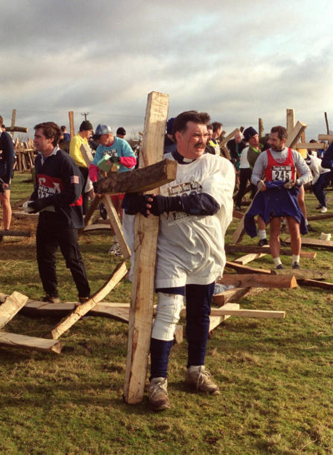 Крест, который несут на себе самые сильные участники Tough Guy Jesus Warrior